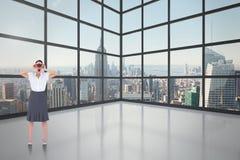 Złożony wizerunek szokujący elegancki bizneswoman patrzeje przez lornetek Zdjęcie Stock