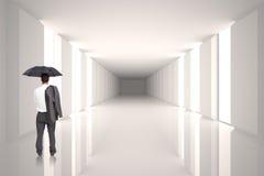Złożony wizerunek trwanie kamery mienia kurtka na ramieniu i parasol biznesmen z powrotem Zdjęcie Stock