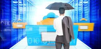 Złożony wizerunek trwanie kamery mienia kurtka na ramieniu i parasol biznesmen z powrotem Obrazy Stock