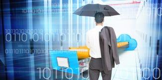 Złożony wizerunek trwanie kamery mienia kurtka na ramieniu i parasol biznesmen z powrotem Zdjęcie Royalty Free