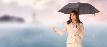 Złożony wizerunek trzyma czarnego parasol elegancki bizneswoman Fotografia Stock