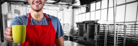 Złożony wizerunek trzyma kawowego kubek męski kelner fotografia stock