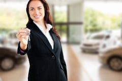 Złożony wizerunek trzyma klucz uśmiechnięty bizneswoman Fotografia Royalty Free