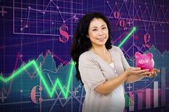 Złożony wizerunek trzyma prosiątko banka szczęśliwa kobieta Fotografia Stock