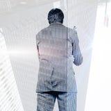 Złożony wizerunek trzyma szkła myślący biznesmen Zdjęcia Stock