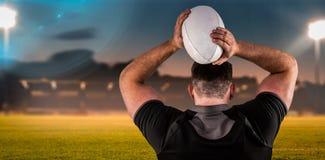 Złożony wizerunek twarda rugby gracza miotania piłka Obraz Stock