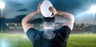 Złożony wizerunek twarda rugby gracza miotania piłka Zdjęcia Stock