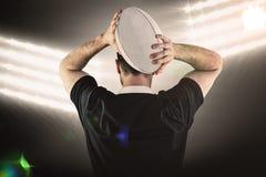 Złożony wizerunek twarda rugby gracza miotania piłka Zdjęcie Royalty Free