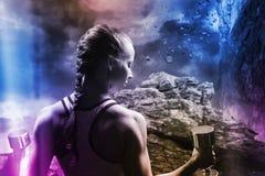 Złożony wizerunek tylni widok ćwiczy z dumbbells kobieta Obraz Royalty Free