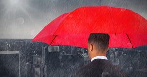 Złożony wizerunek tylni widok biznesmena przewożenia czerwieni parasol Obrazy Stock