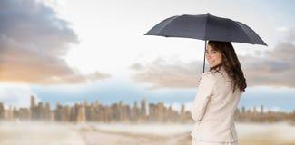 Złożony wizerunek tylni widok z klasą bizneswomanu mienia parasol Fotografia Stock