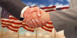 Złożony wizerunek uścisk dłoni między dwa ludźmi biznesu Zdjęcie Royalty Free