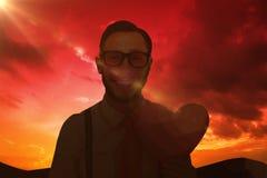 Złożony wizerunek uśmiecha się serce kartę i trzyma geeky modniś Zdjęcie Royalty Free