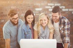 Złożony wizerunek uśmiechnięci ludzie biznesu pracuje przy komputerowym biurkiem Obrazy Royalty Free
