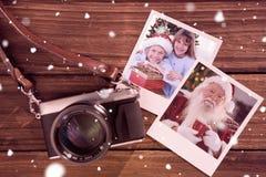 Złożony wizerunek uśmiechnięci rodzeństwa trzyma boże narodzenie prezenty zdjęcie stock