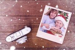 Złożony wizerunek uśmiechnięci rodzeństwa trzyma boże narodzenie prezenty obrazy stock
