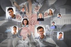 Złożony wizerunek uśmiechnięta biznes drużyny pozycja w okrąg rękach wpólnie zdjęcie royalty free