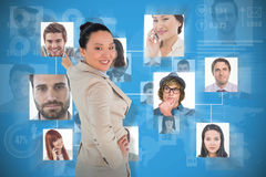 Złożony wizerunek uśmiechnięty azjatykci bizneswomanu wskazywać Obrazy Stock