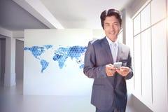 Złożony wizerunek ufna pośrednik w handlu nieruchomościami pozycja przy dzwi wejściowy texting Zdjęcie Stock