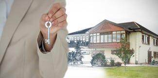 Złożony wizerunek w połowie sekcja żeński wykonawczy pokazuje nowego domu klucz obrazy stock