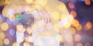 Złożony wizerunek w połowie sekcja fotograf pozycja z kamerą na tripod zdjęcia stock
