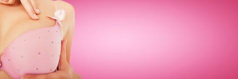 Złożony wizerunek w połowie sekcja jest ubranym różowego stanika dla nowotwór piersi świadomości kobieta Obrazy Royalty Free