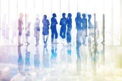 Złożony wizerunek wiele ludzie biznesu stoi w linii Obrazy Royalty Free