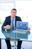 Złożony wizerunek wskazuje przy laptopu ekranem w biurze uśmiechnięty biznesmen Zdjęcie Stock