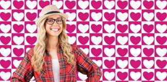 Złożony wizerunek wspaniały uśmiechnięty blondynka modniś z rękami na biodrach Fotografia Stock