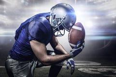 Złożony wizerunek wzburzony futbolu amerykańskiego gracz z piłką Obrazy Stock