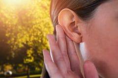 Złożony wizerunek zakończenie up bizneswoman próbuje słuchać zdjęcia stock