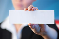 Złożony wizerunek zakończenie up bizneswoman trzyma pustą kartę Obraz Royalty Free