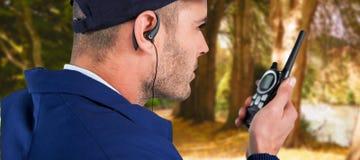 Złożony wizerunek zakończenie up ochrona oficer opowiada na walkie talkie Zdjęcie Stock