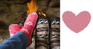 Złożony wizerunek zakończenie up romantyczne nogi w skarpetach przed grabą Zdjęcie Stock