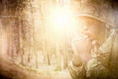 Złożony wizerunek zakończenie up rozważny militarny żołnierz obrazy stock