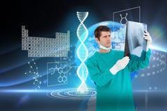 Złożony wizerunek zakończenie up samiec doktorski jest ubranym żakiet patrzeje promieniowanie rentgenowskie Fotografia Royalty Free