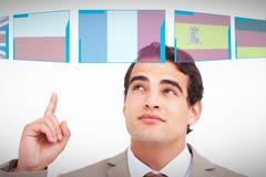 Złożony wizerunek zakończenie up sprzedawca patrzeje up i wskazuje zdjęcia royalty free