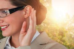 Złożony wizerunek zakończenie up uśmiechnięty bizneswoman próbuje słuchać Fotografia Stock