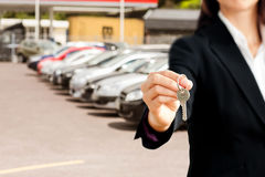 Złożony wizerunek zakończenie up ufny bizneswoman trzyma klucz Zdjęcia Stock