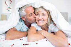 Złożony wizerunek zbliżenie dojrzały mężczyzna całowania kobiety policzek w łóżku royalty ilustracja