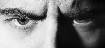 Zło poważny, gniewny, oczy, spojrzenie mężczyzna, patrzeje w kamerę, czarny i biały portret fotografia stock