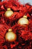 Złociści baubles gniazduje w czerwonym świecidełku (2) Zdjęcie Stock