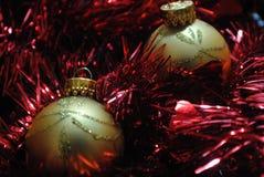 Złociści baubles gniazduje w czerwonym świecidełku (5) Obraz Stock