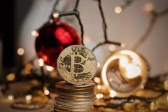 Złociści bitcoin monety boże narodzenia fotografia stock