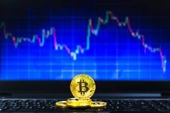 Złociści bitcoins na kluczowej desce i BTC handlu sporządzają mapę w tle, Pieniężny pojęcie Fotografia Royalty Free