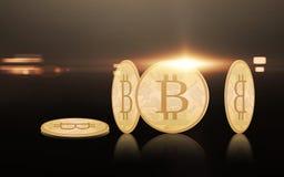 Złociści bitcoins nad czarnym tłem Fotografia Stock