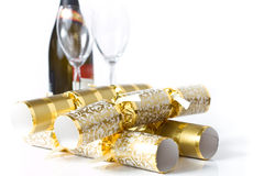 Złociści bożych narodzeń krakers z szampanem & szkłami Fotografia Royalty Free