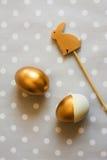 Złociści Easter jajka i drewniany królik dekorujący, od above Obrazy Stock