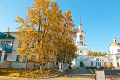złociści jesień liść niektóre drzewa Transfiguracja kościół na terytorium St Nicholas monaster w Verkhoturye Zdjęcia Royalty Free