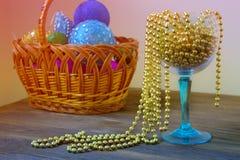 Złociści koraliki w wineglass dekoracja nowego roku Bożenarodzeniowy orname Zdjęcie Stock